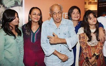 Alia-with-dad-Mahesh-Bhatt-mom-Soni-Razdan-sis-Shaheen-Bhatt-step-sis-Pooja-Bhatt-brother-in-law-Manish-Makhija.jpg