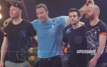 When Coldplay's Frontman Chris Martin Lay Still On The Stage, Not Once But THRICE!