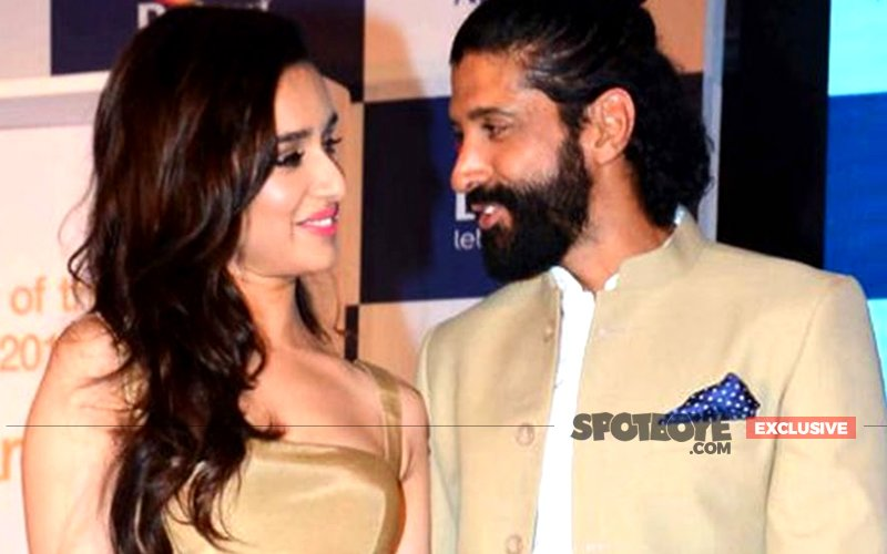 AFFAIR OUT IN THE OPEN: Farhan Akhtar Mingles With Shraddha Kapoor And Her Family