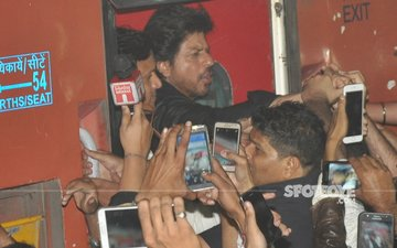 Shah Rukh's Raees Train Journey Leads To A Stampede In Vadodra, 1 Dead