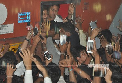 shah rukh promoting raees in a train at surat station