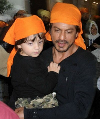 shah rukh khan and abram in golden temple