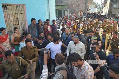 sanjay dutt surrounded by police