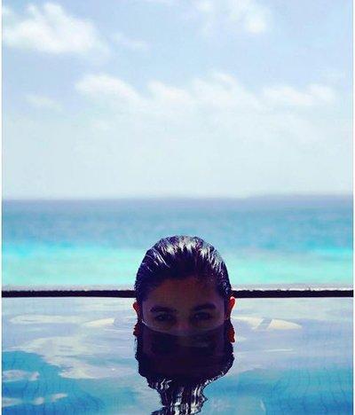 alia bhatt in swimming pool