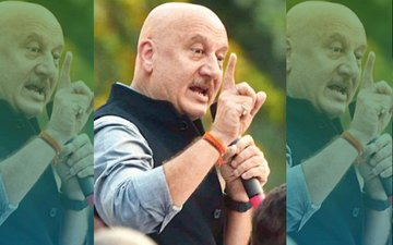 A Lady Yawns In A Rally, Anupam Kher Embarrasses Her!