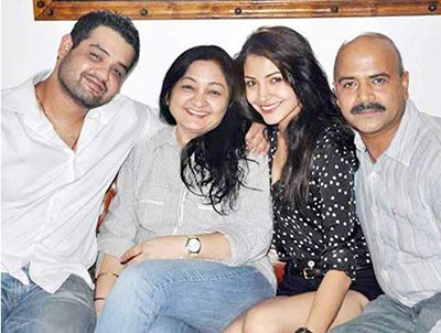 anushka sharma with her family smiling for a family picture