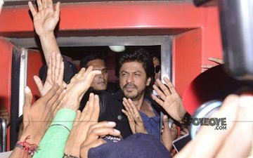 Shah Rukh Khan Braves The Crowd To Board Train From Mumbai