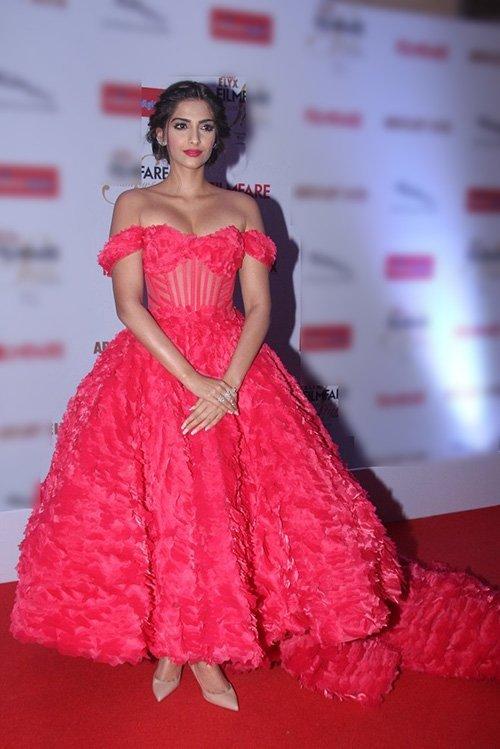 sonam kapoor at fashion awards night
