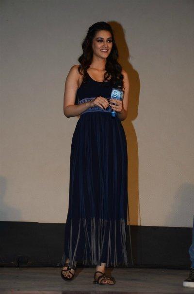 kriti sanon dilwale song launch