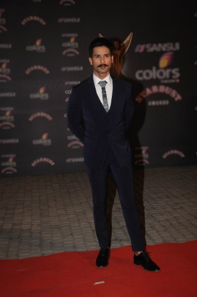 shahid kapoor rocked a moustache and suit at an awards night