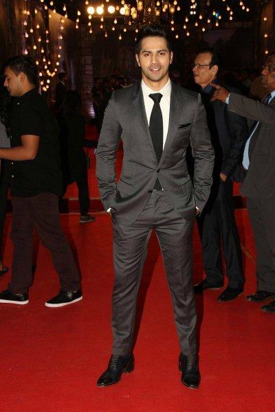 varun dhawan looks fine in grey suit