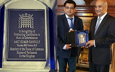 Amit_kumar_receiving_an_award_for_his_contribution_to_music_and_entertianment_for_hindi_films_.jpg