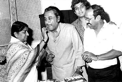 amit_kumar_with_his_father_kishore_kumar_and_lata_mageshkar_delight_moment_.jpg