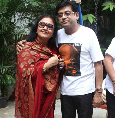 Leena Chandavarkar_mother_of_Amit Kumar_clicking_pic_.jpg