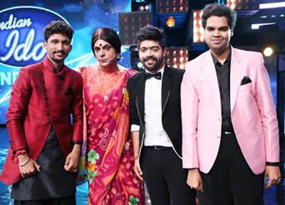 rinku bhabi aka sunil grover with the top 3 finalists of indian idol 9