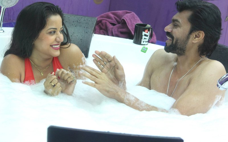 Bigg Boss 10, Day 58: Gaurav And Mona Spend QUALITY TIME In A Jacuzzi