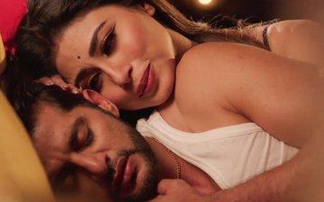 Mouni Roy Goes To Bed With Karanvir Bohra In Naagin 2