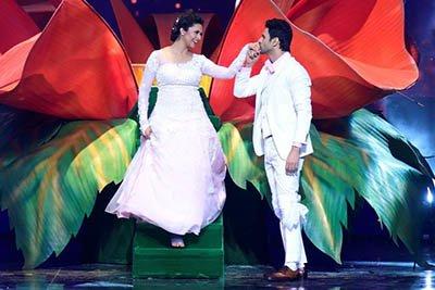 Divyanka Tripathi & Vivek Dahiya at the oepning episode of Nach Baliye Season 8
