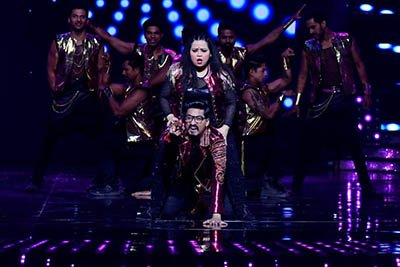 Bharti Singh and Harsh dancing to the tunes of Tamma Tamma Again on Nach Baliya 8