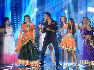 hrithik roshan dancing with the lady contestants of nach baliye