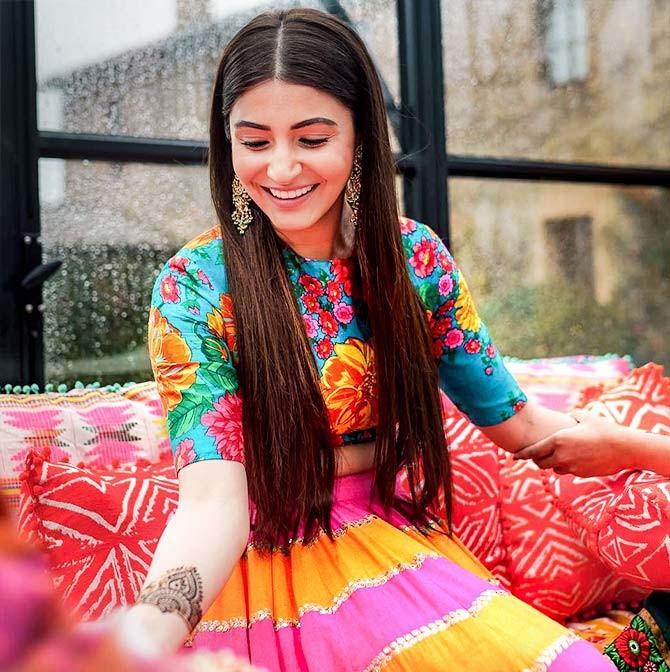 Anushka Sharma Mehndi Outfit