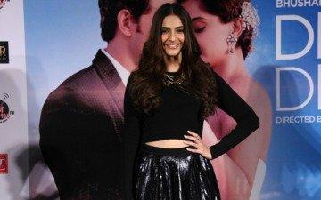 Sonam Kapoor Sexes It Up In Black!