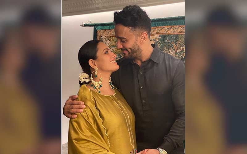Preggers Anita Hassanandani's Hubby Rohit Reddy Gives A Sneak-Peek Of 'Women At Pregnancy Shoots'; Shares Hilarious Pic