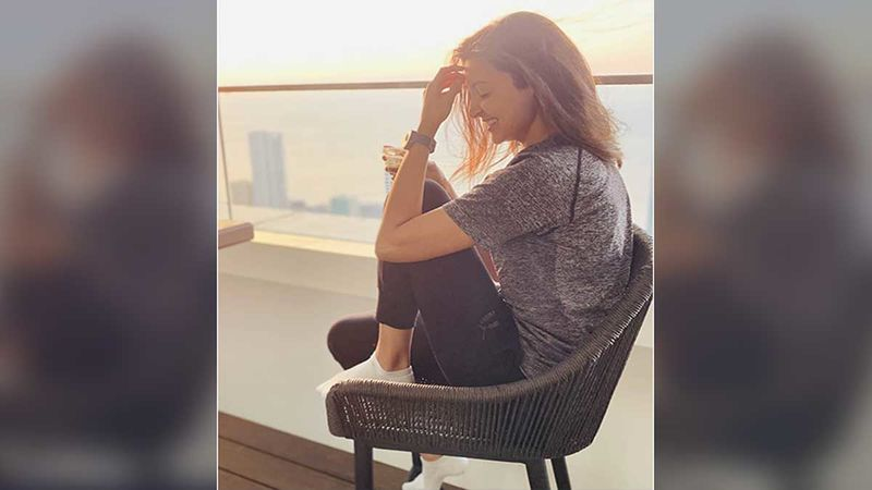 Anushka Sharma Trolls Herself With An Epic Meme Just To Make Her Bored Fans Laugh; Shares Before And After Quarantine Look-PIC