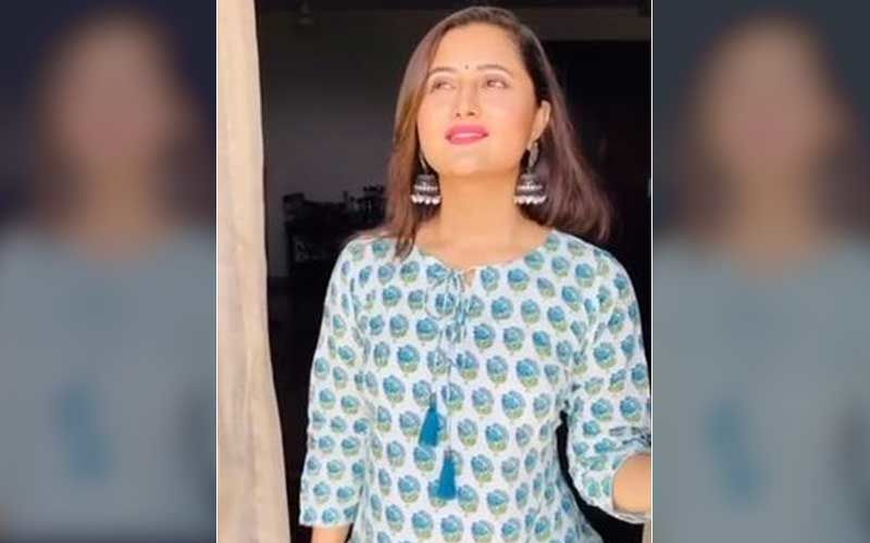 Bigg Boss 13 Fame Rashami Desai Reveals Her Mom Scolded Her As She Wanted To Watch The Solar Eclipse; Says 'Le Indian Moms'- Video