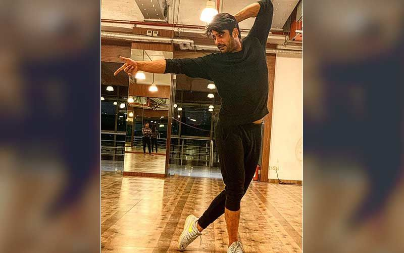 Bigg Boss 13 Winner Sidharth Shukla Strikes A Perfect Dance Pose; Fans 'Super Excited' As Actor Reveals 'Something's Coming Up'