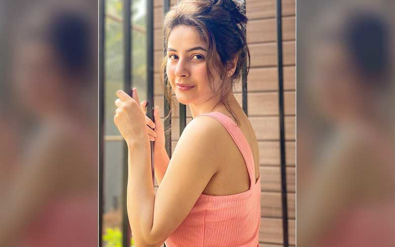 Shehnaaz Gill's Video Featuring Team Member Helping Her Put On Footwear Goes Viral; Bigg Boss 13 Fame Gets Brutally Trolled, Netizens Say 'Very Bad Sana'