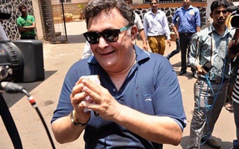 "MEME: Rishi Kapoor confesses,""Mera beta mere phone ke saath khel raha tha!"""