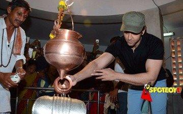 Hrithik Roshan celebrates Shiv Ratri at family temple