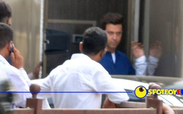 Spotted: Hrithik gets busy with Kaabil
