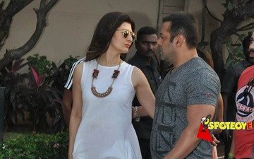 Watch Salman Khan share warm moments with ex Sangeeta Bijlani