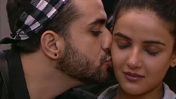 Bigg Boss 14 Lovebirds Aly Goni And Jasmin Bhasin Leave For Their Holidays In Kashmir - WATCH