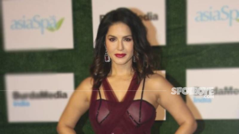 Sunny Leone in front of a statue from a still of Mastizaade