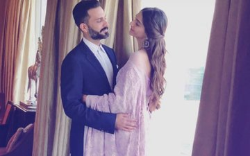 Sonam Kapoor & Anand Ahuja's First Picture After Marriage!