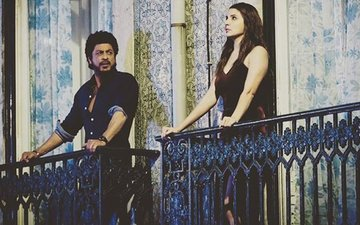 Shah Rukh And Anushka's Romance On The Balcony