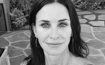 Courteney Cox Plays FRIENDS Theme Song On Piano; It's Fantastic WE KNOW - WATCH