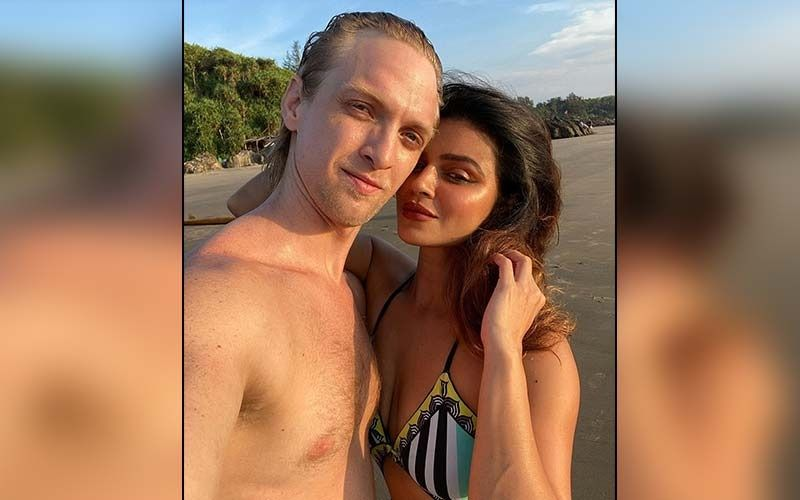 Aashka Goradia Shares Sultry Romantic Snaps With Hubby Brent Goble; Couple Packs On The PDA While Enjoying Beach Time Together