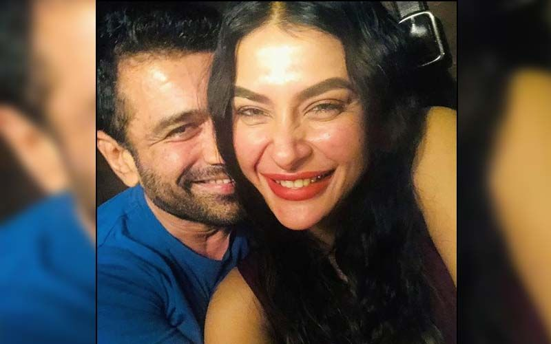 Bigg Boss 14's Lovebirds Pavitra Punia And Eijaz Khan Hold Hands As They Pose For The Paparazzi; Couple Wish 'Ramazan Mubarak' To Their Fans