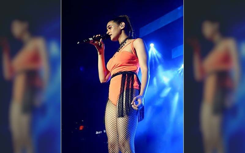 Check Out Shalmali's Tantalizing Hot Tankini Suit As She Performs With Her Band That's Coming Soon To Mumbai's New Year Bash