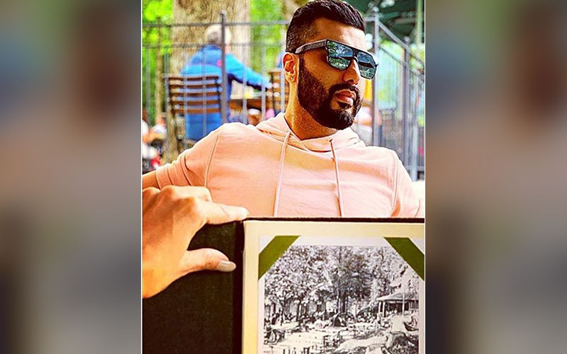 Malaika Arora Photobombs Arjun Kapoor's Picture By Flaunting Her Well-Painted Nails