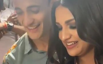 Did Asim Riaz And Himanshi Khurana Confess Their Love For Each Other? The Duo Cuts An 'I Love You' Cake - VIDEO