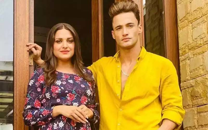 Lovebirds Asim Riaz And Himanshi Khurana Ace Casual Outfits As They Get Spotted At The Airport; Himanshi Urges Everyone To Be Careful Amid COVID-19 - WATCH