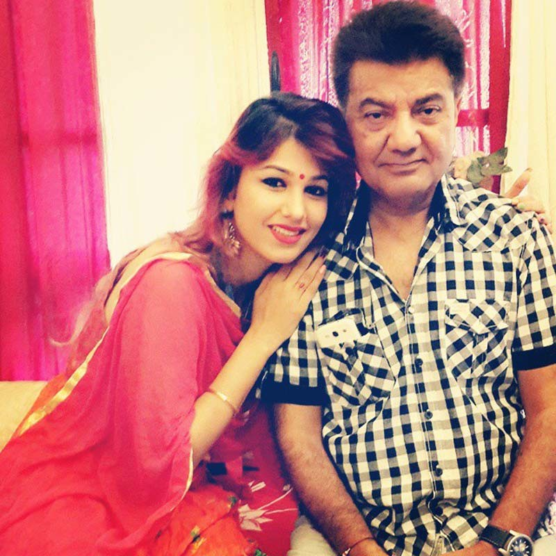 Jasleen Mathuru With Her Father Kesar Matharu