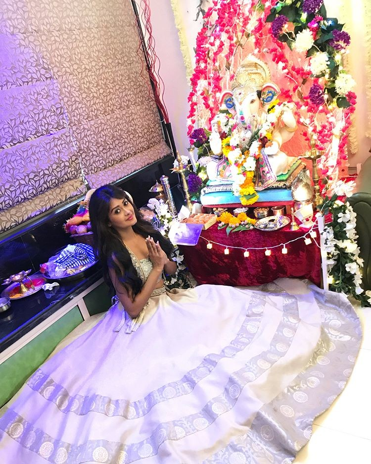 Kanchi Singh Poses With Ganesha