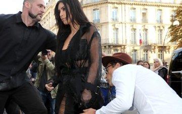 Kim Kardashian's Paris A** Kisser Does It AGAIN!