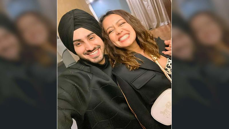 Khad Tainu Main Dassa: Neha Kakkar And Rohanpreet Singh Attempt To Make A Heart Pose In Latest Instagram Video; Song To Be Out Tomorrow - WATCH